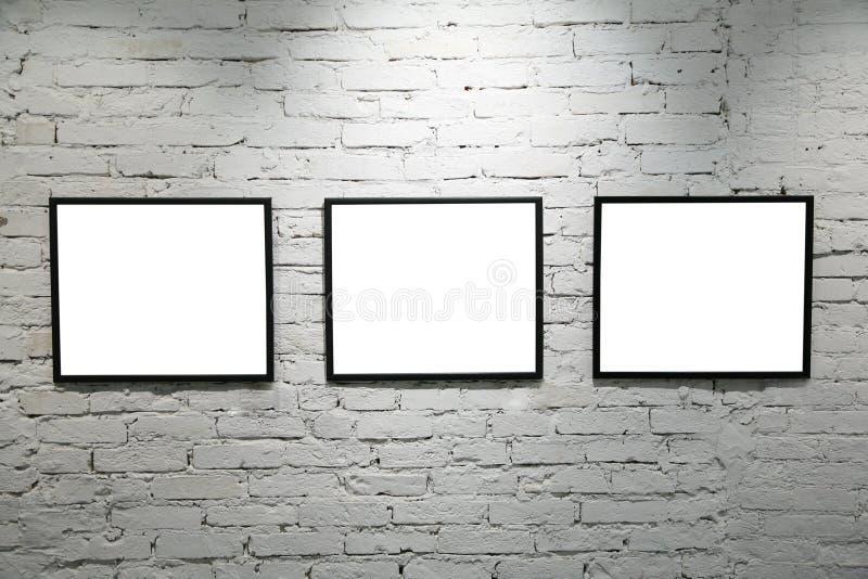 Trames noires sur le mur de briques blanc 2 photos stock