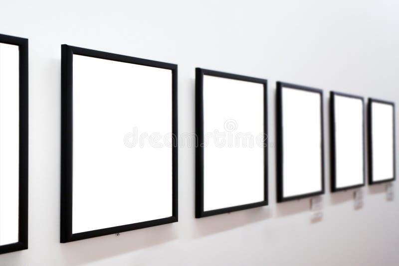 Trames vides sur le mur blanc images stock