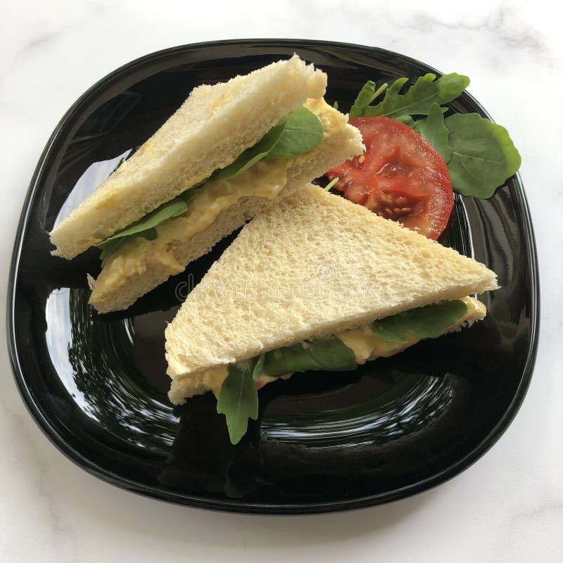 Tramezzini é um sanduíche clássico, italiano Pão branco cortado com propagação do ovo fotos de stock