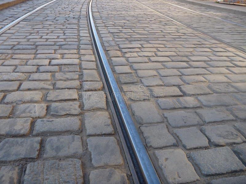 Tramlijn in een cobble steenbestrating royalty-vrije stock fotografie