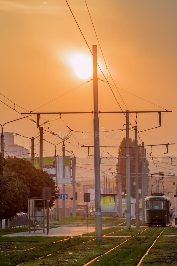Tramlijn op de achtergrond van een dramatische zonsondergang stock afbeelding