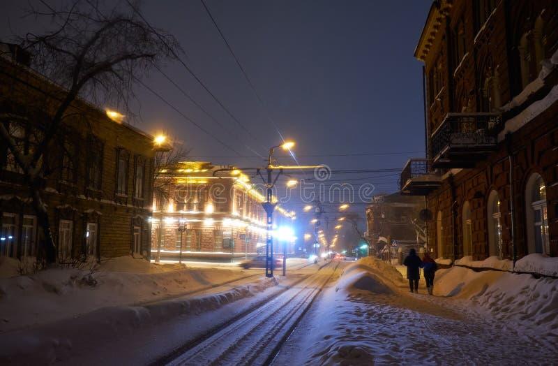 Tramlinie und historische Gebäude auf Sovetskaya-Straße in Tomsk stockfotografie