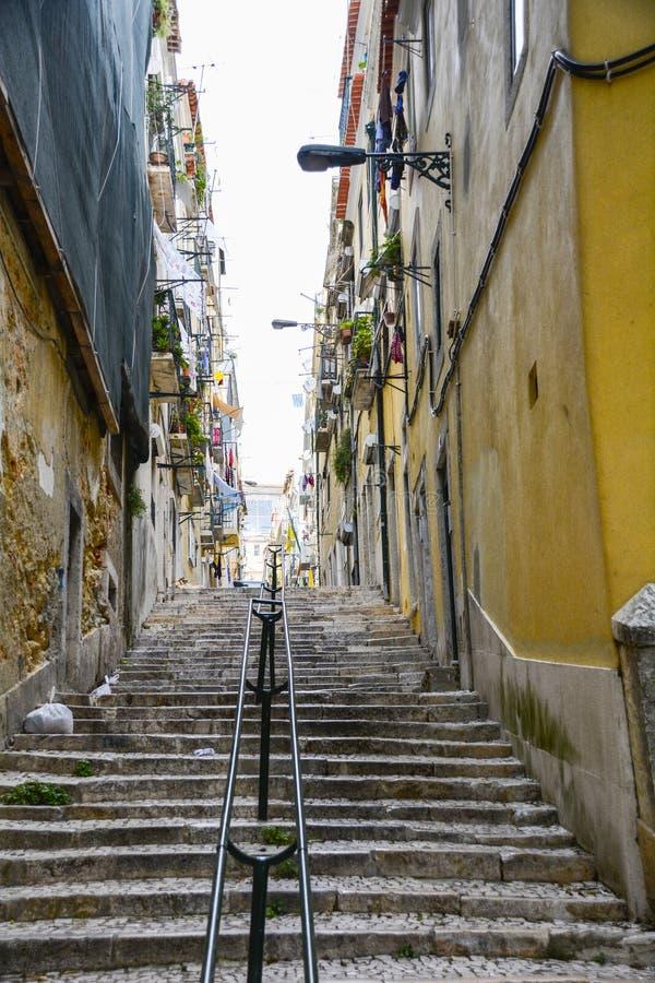 Tramo de escalones en Lisboa vieja imágenes de archivo libres de regalías