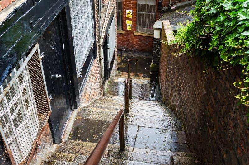 Tramo de escalones viejo en un centro de ciudad en un día lluvioso foto de archivo libre de regalías