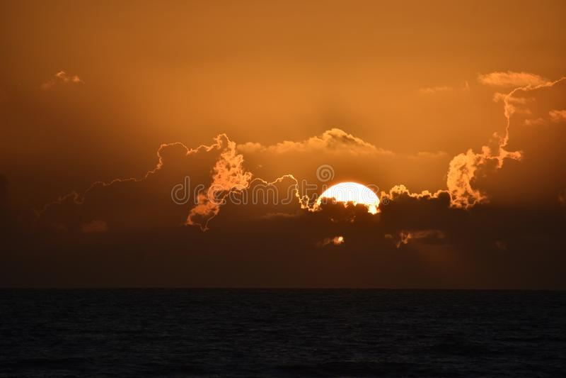 Tramonti ed albe drammatici sopra le spiagge e l'oceano costieri di Florida tropicale immagini stock