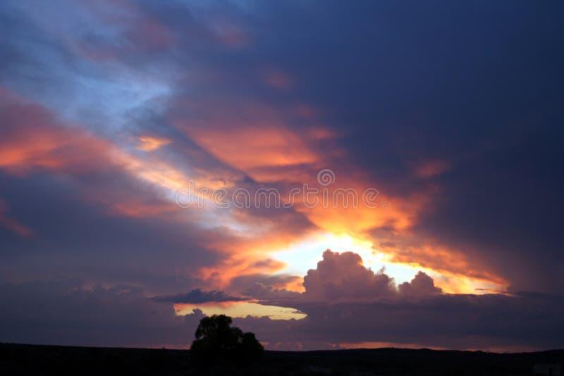 Download Tramonto fotografia stock. Immagine di nubi, dusk, foro - 207410