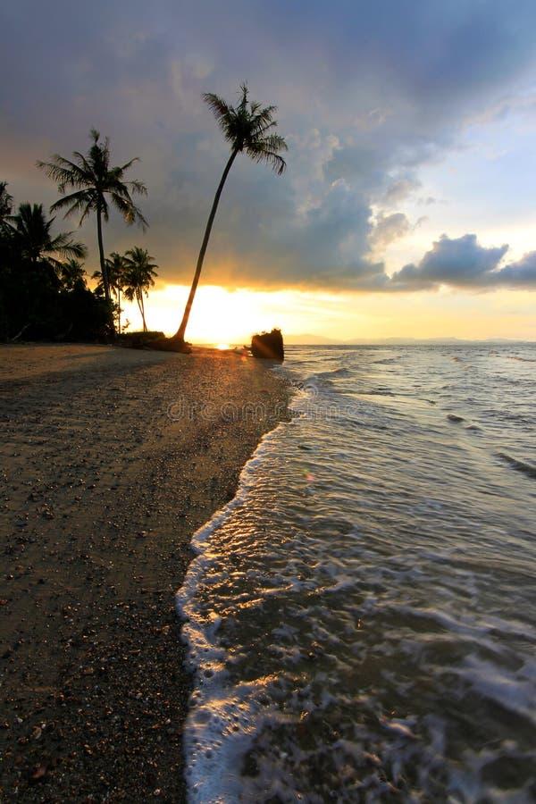 Tramonto ad una spiaggia nel Borneo, Sabah, Malesia immagini stock libere da diritti