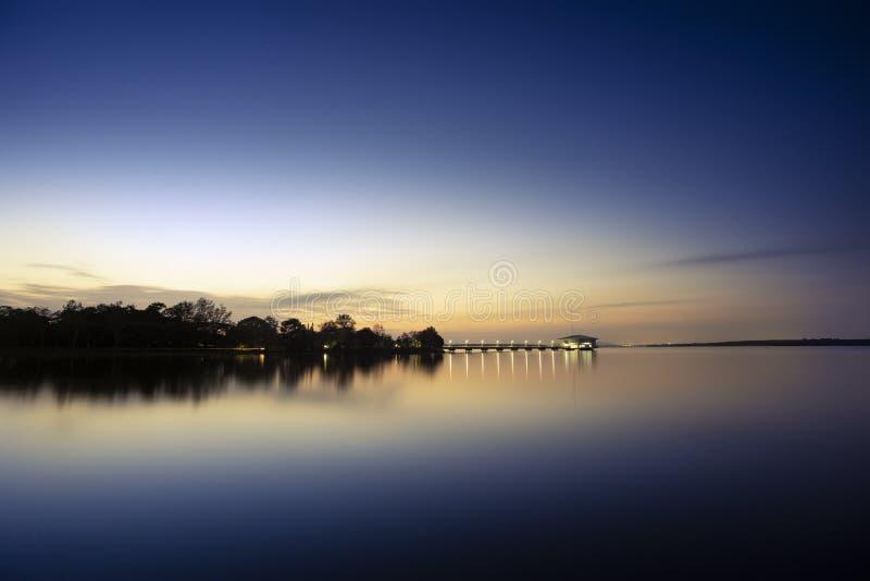 Tramonto al bacino idrico di Dokkrai, Rayong, Tailandia fotografia stock libera da diritti