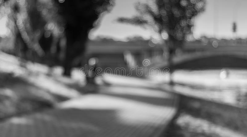 Tramonto al canale nel monocromio Paesaggio urbano Defocused immagini stock