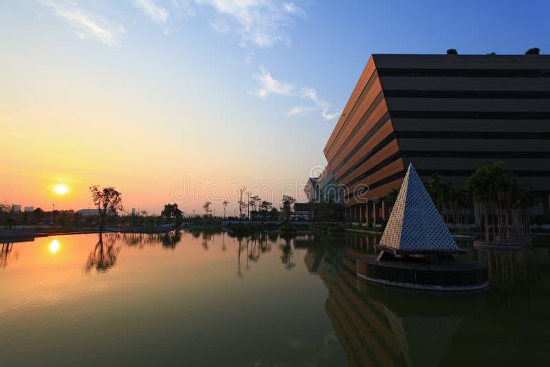 Tramonto al complesso Bangkok di governo immagine stock