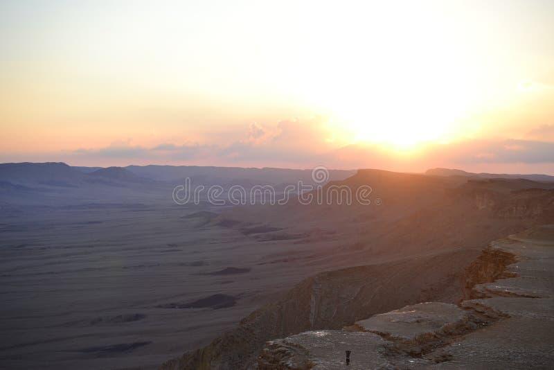 Tramonto al cratere di Mitzpe Ramon, roccia del cammello a Makhtesh Ramon, deserto di Negev, Israele del sud fotografie stock libere da diritti