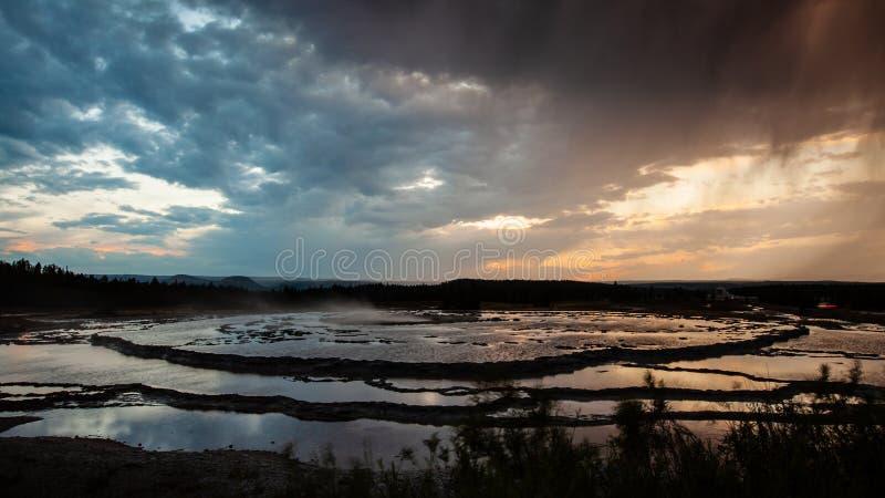 Tramonto al grande geyser della fontana nel parco nazionale di Yellowstone immagini stock libere da diritti