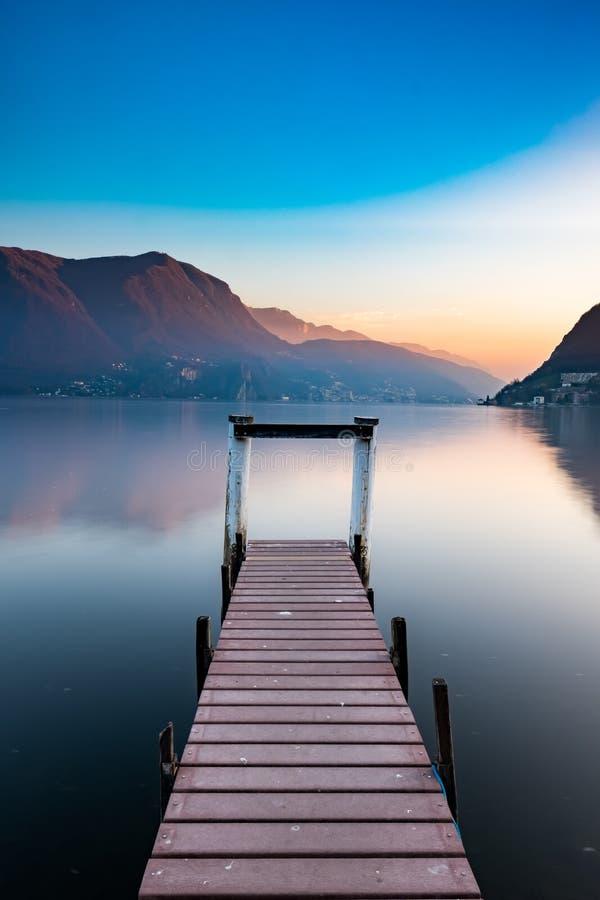 Tramonto al lago di Lugano fotografia stock libera da diritti