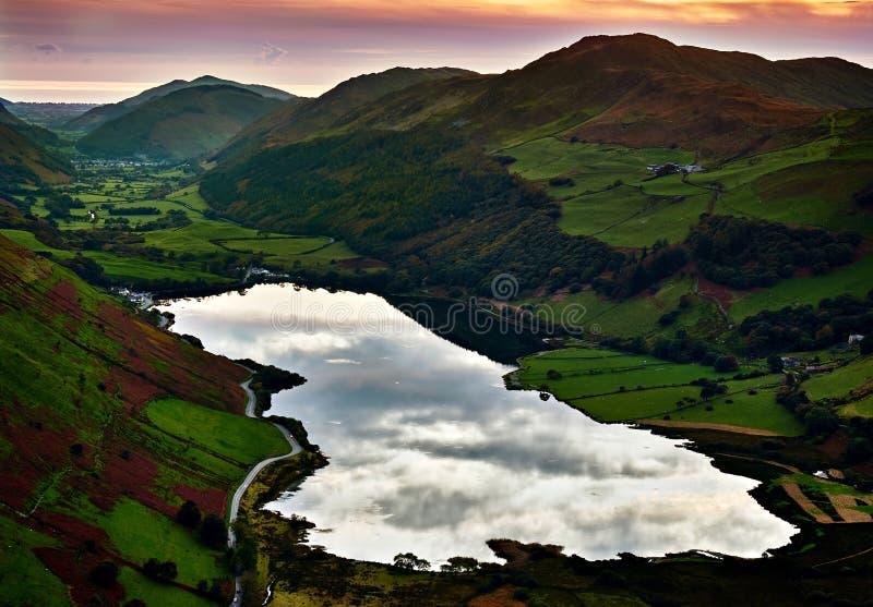 Tramonto al lago Tal-y-llyn ed alla valle Galles di Dysynni fotografie stock libere da diritti