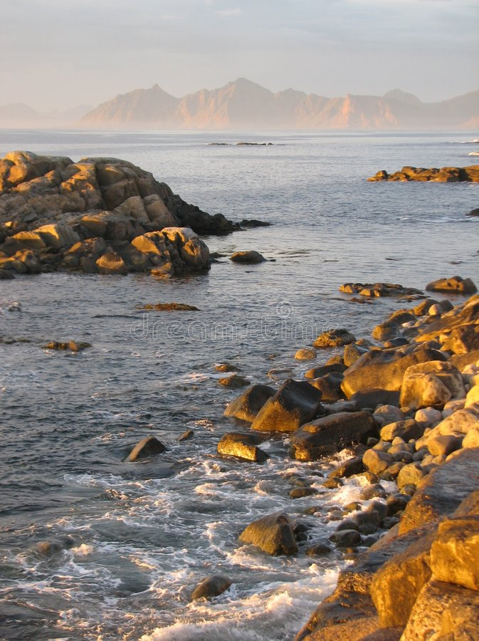 Tramonto al litorale delle isole di Lofoten fotografia stock libera da diritti