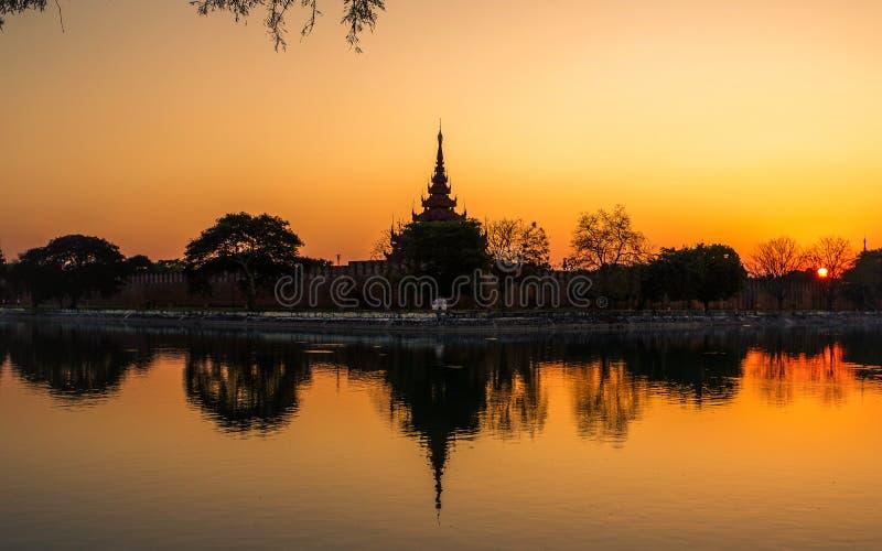Tramonto al palazzo reale, Mandalay, Myanmar immagine stock
