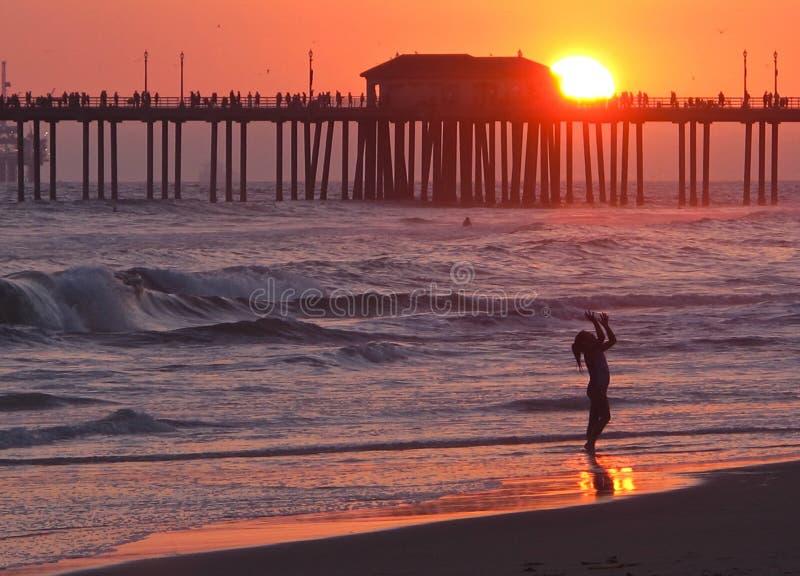 Tramonto al pilastro del Huntington Beach fotografia stock libera da diritti