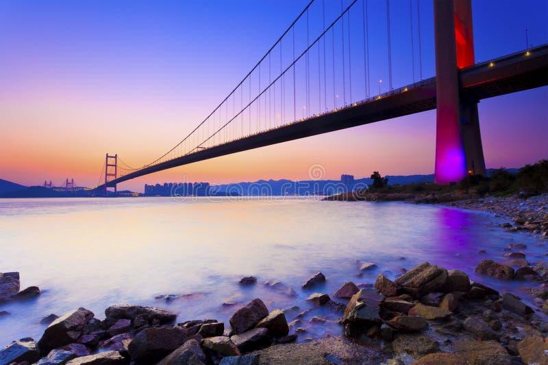 Tramonto al ponte moderno lungo la costa fotografia stock