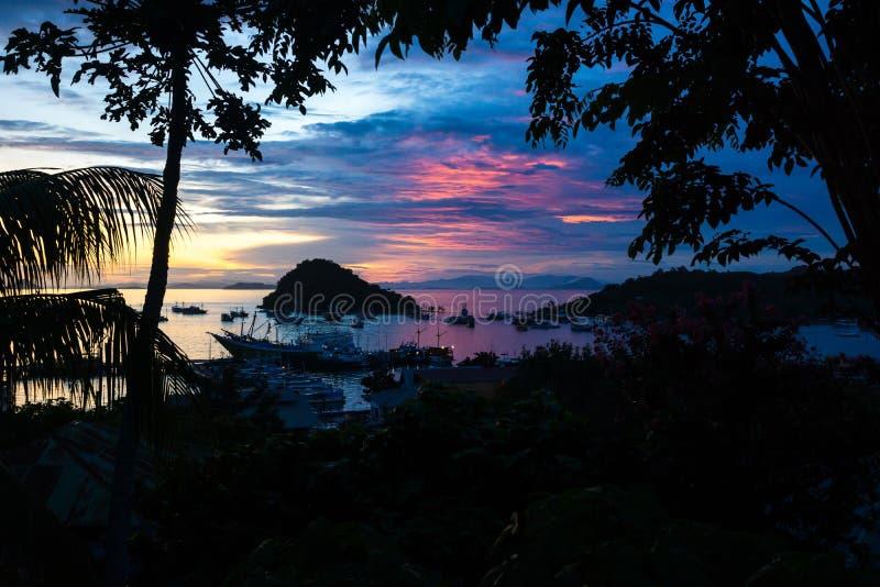 Tramonto al porto di Labuan Bajo, Flores, Inonesia fotografia stock