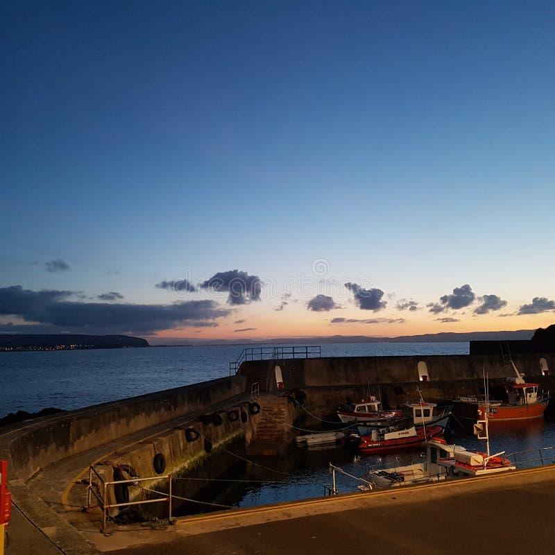 Tramonto al porto di Portstewart fotografia stock