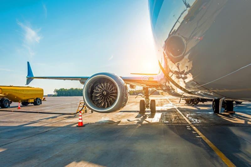 Tramonto all'aeroporto Rifornimento di carburante dell'aeroplano prima del volo, combustibile di manutenzione di aerei all'aeropo fotografie stock