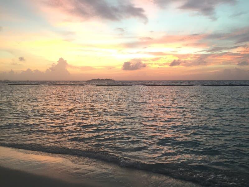 Tramonto all'isola di Kurumba, Maldive immagini stock