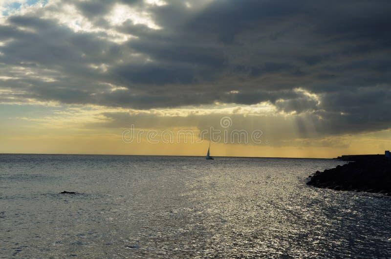 Tramonto all'oceano fotografie stock