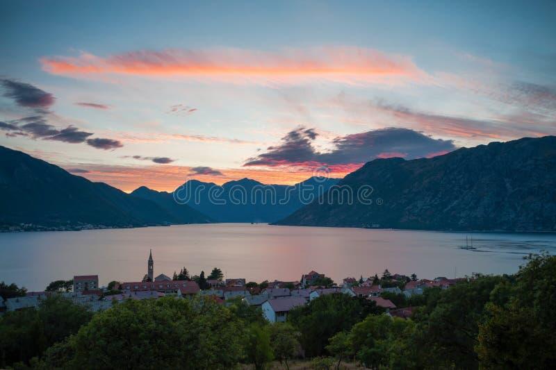Tramonto alla baia di Boka Kotorska fotografie stock