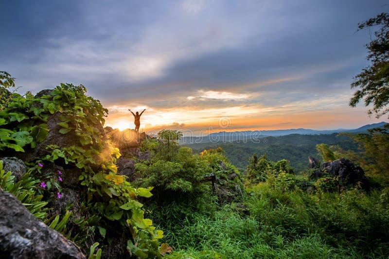 Tramonto alla cima della montagna in Tailandia fotografia stock libera da diritti