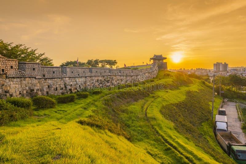Tramonto alla fortezza di Hwaseong a Suwon, Corea del Sud fotografia stock