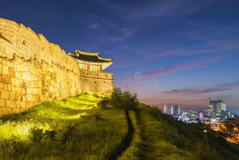 Tramonto alla fortezza di Hwaseong a Suwon, Corea del Sud fotografia stock libera da diritti