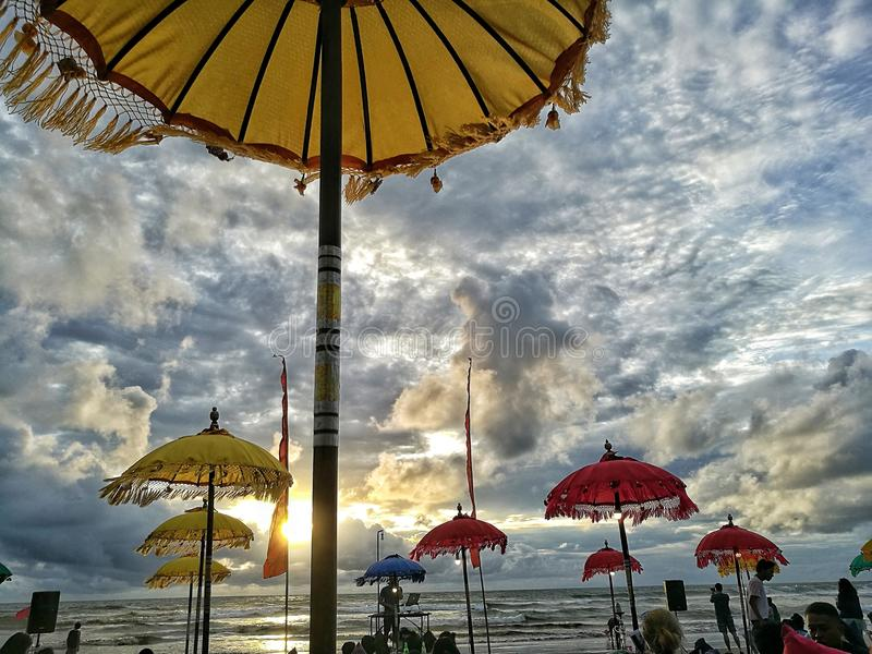 Tramonto alla spiaggia Bali del doppio sei immagine stock libera da diritti