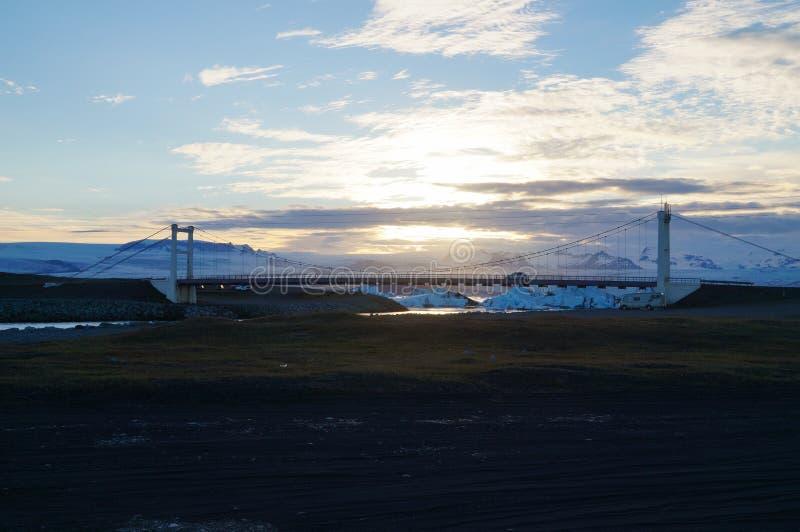 Tramonto alla spiaggia del diamante vicino alla laguna del ghiacciaio di Jokulsarlon in Icela fotografia stock
