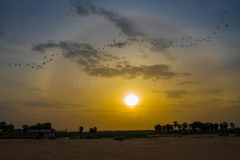 Tramonto alla spiaggia del mare fotografia stock