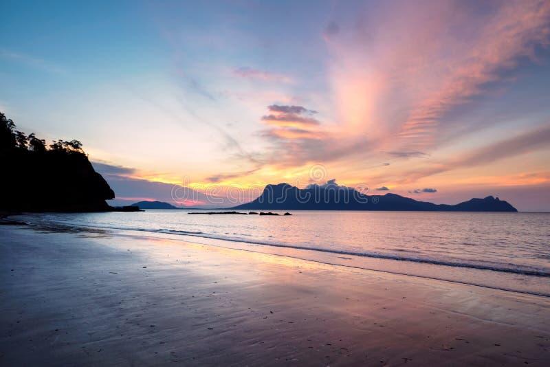 Tramonto alla spiaggia dell'Assam nel parco nazionale di Bako, Borneo, Malesia fotografie stock libere da diritti