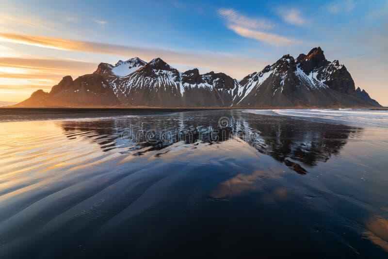 Tramonto alla spiaggia della montagna e di Stokksnes di Vestrahorn l'islanda fotografia stock libera da diritti