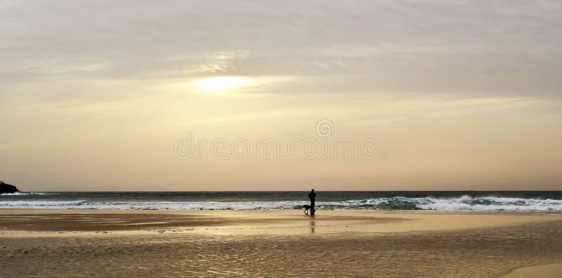 Tramonto alla spiaggia delle lance a Tarifa, Spagna immagini stock