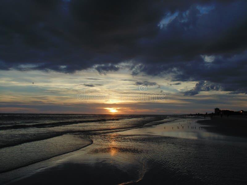 Tramonto alla spiaggia di chiave di siesta, Florida fotografie stock libere da diritti