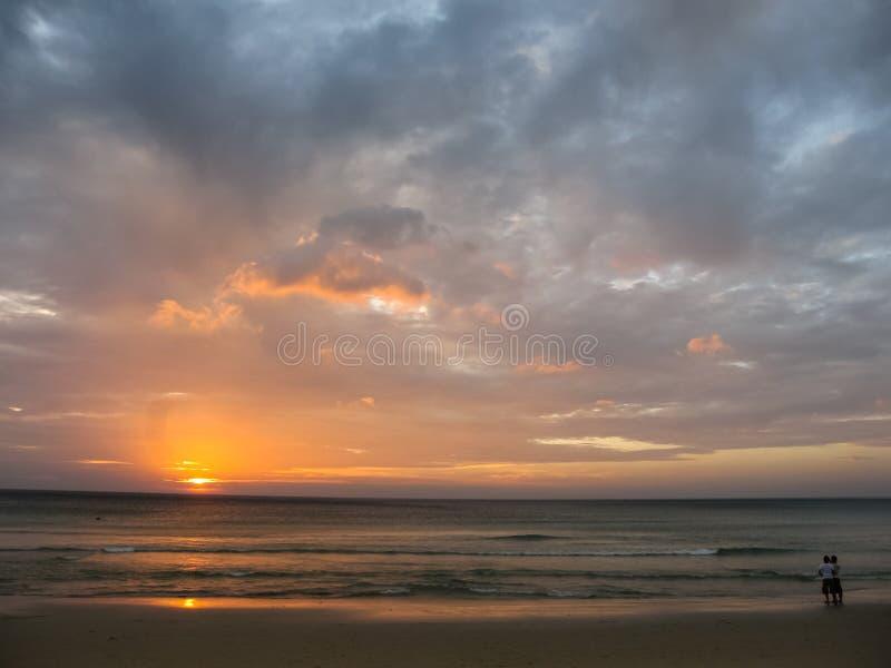 Tramonto alla spiaggia di Karon, Phuket, Tailandia fotografie stock