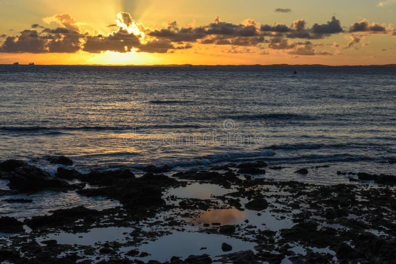 Tramonto alla spiaggia di Oporto da Barra in Salvador Bahia, Brasile immagine stock