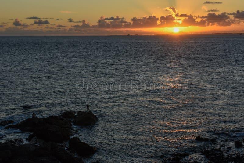 Tramonto alla spiaggia di Oporto da Barra in Salvador Bahia, Brasile immagini stock libere da diritti
