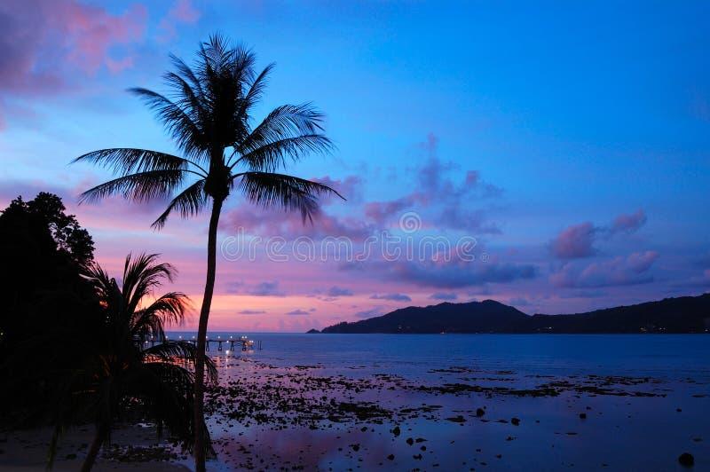 Tramonto alla spiaggia di Patong fotografia stock libera da diritti