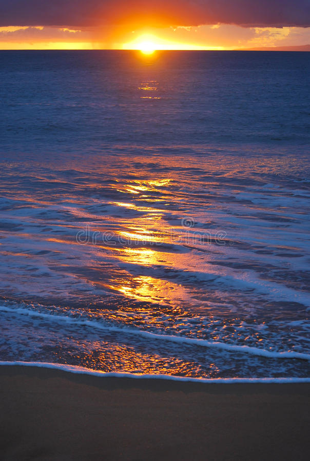 Tramonto alla spiaggia di Poolenalena, Maui, Hawai immagini stock libere da diritti