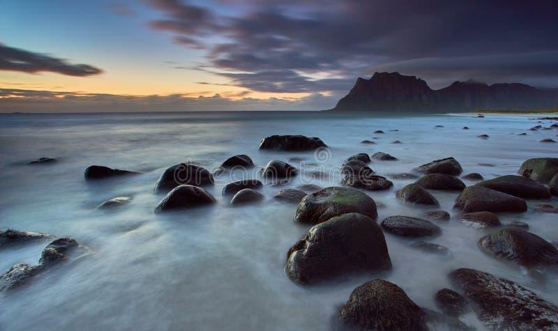 Tramonto alla spiaggia di Uttakleiv, Lofoten Norvegia immagini stock