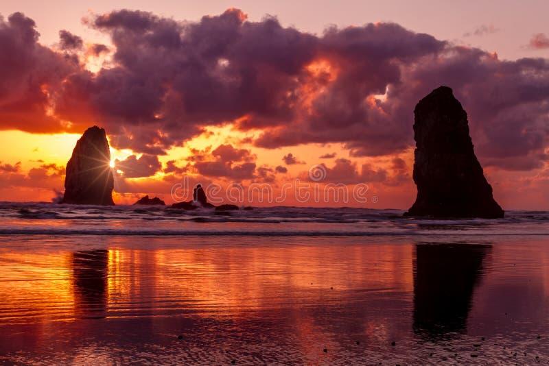 Tramonto alla spiaggia Oregon del cannone immagine stock