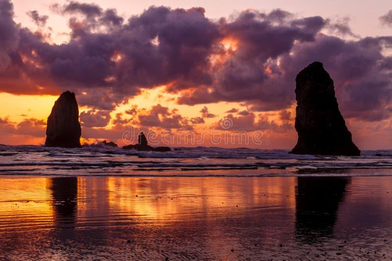 Tramonto alla spiaggia Oregon del cannone immagine stock libera da diritti