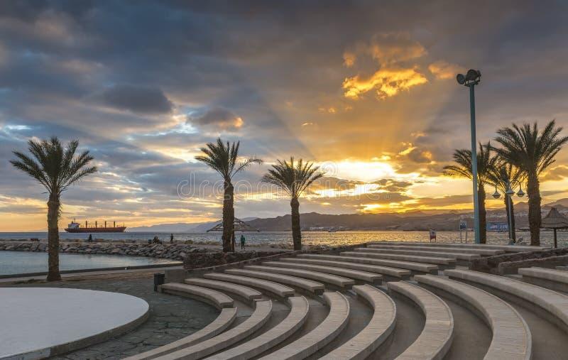 Tramonto alla spiaggia pubblica centrale di Eilat immagini stock libere da diritti