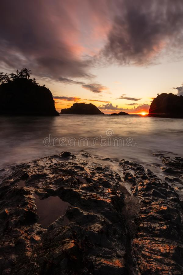 Tramonto alla spiaggia segreta sulla costa del sud dell'Oregon fotografie stock