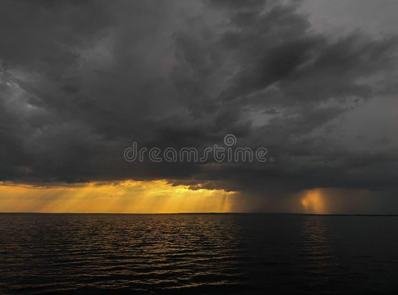Tramonto arancio e pioggia immagine stock