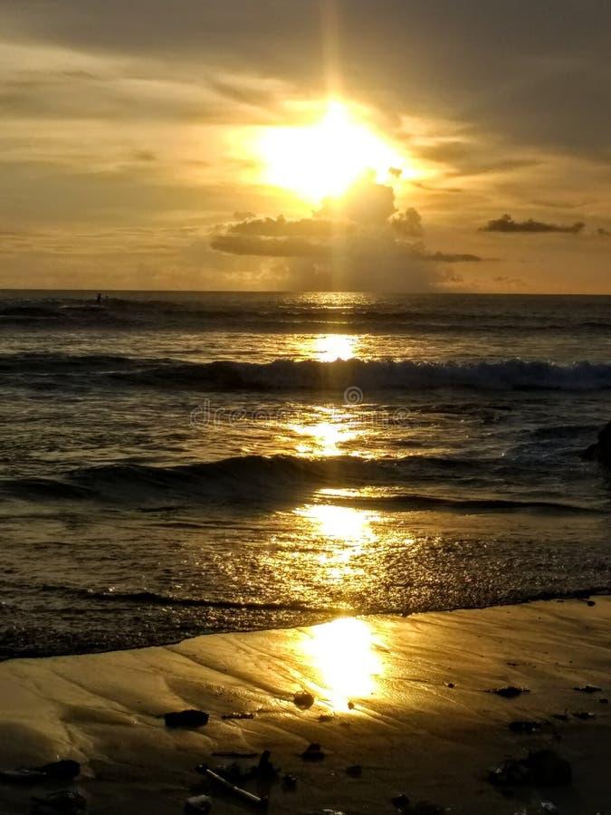Tramonto arancio sopra l'oceano e la spiaggia di sabbia nera immagine stock libera da diritti